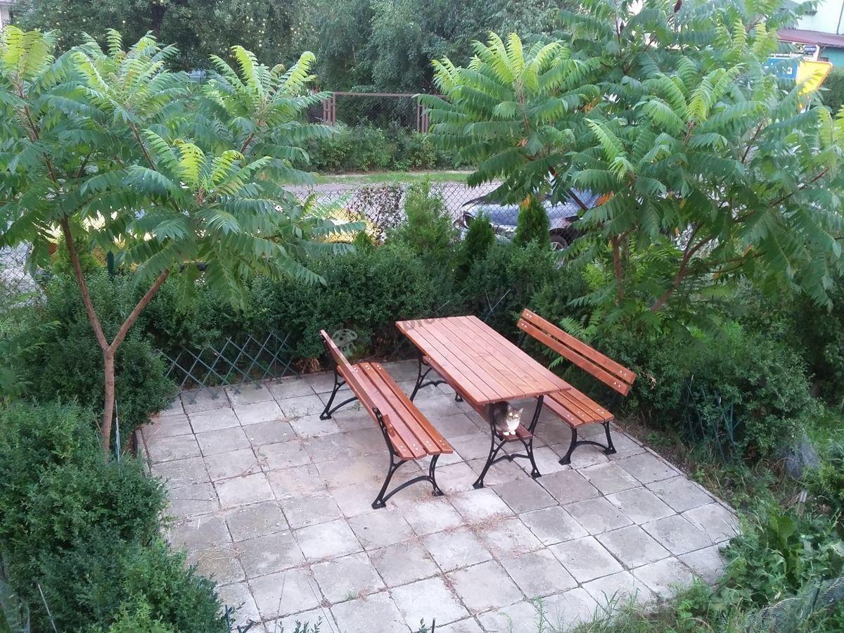 Żeliwne meble ogrodowe na tarasie widok z góry