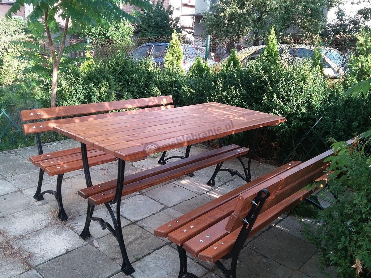 Żeliwne meble ogrodowe ustawione pośród zieleni
