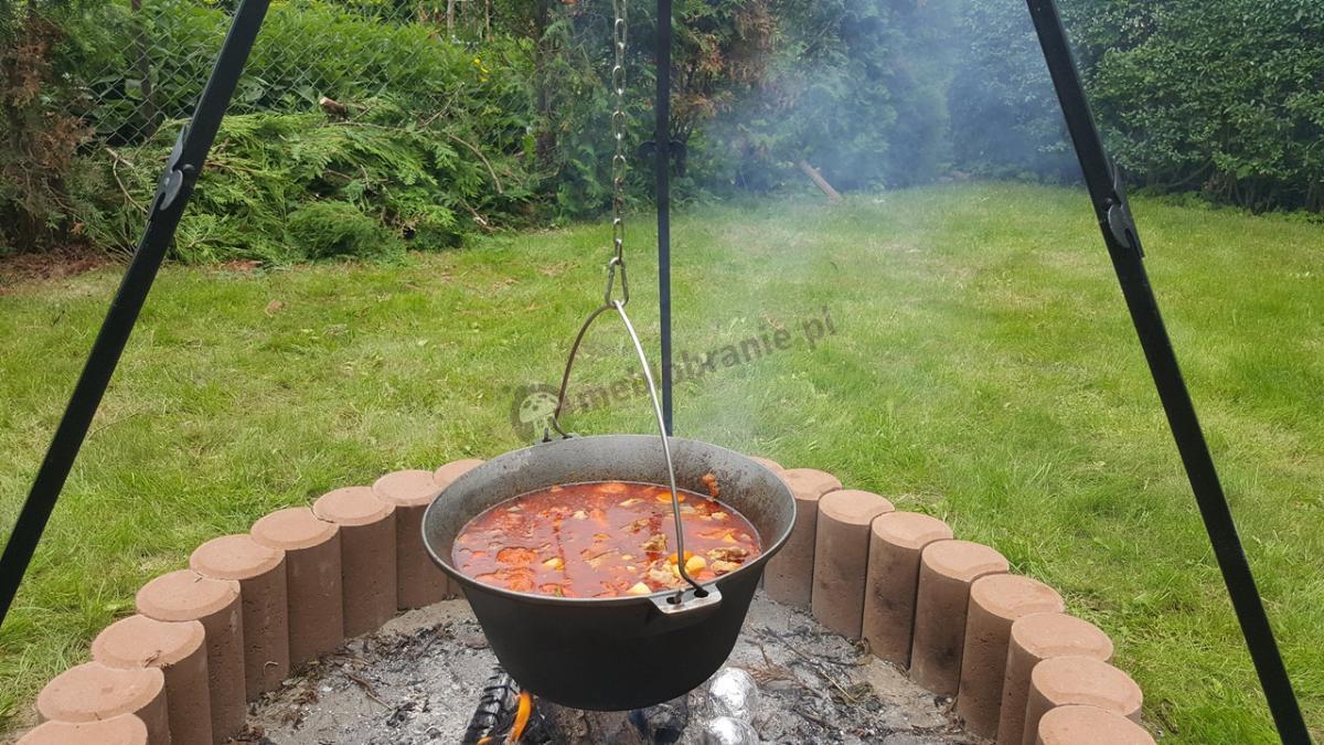 Żeliwny kociołek na ognisko z łańcuchem na stojaku trójnożnym Farmcook