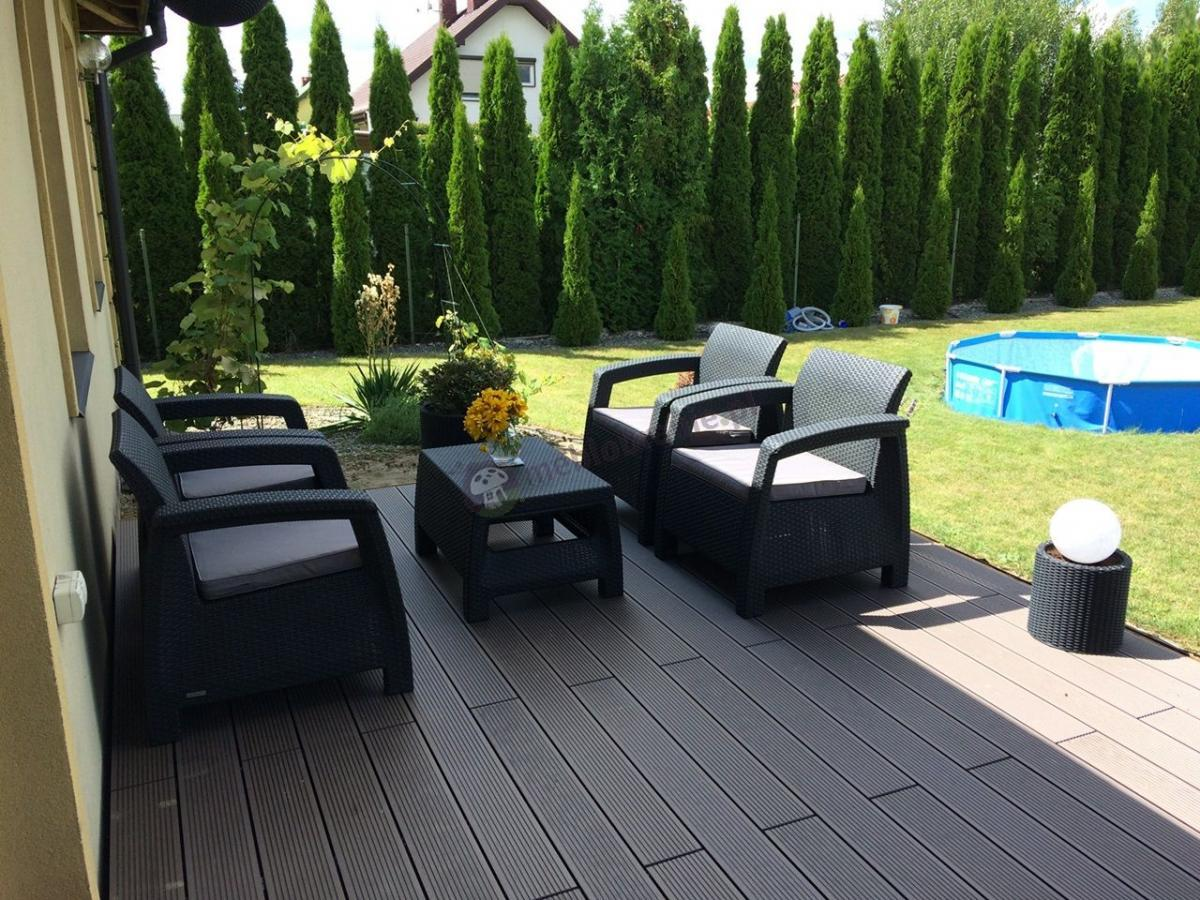 Zestaw 4 foteli ze stolikiem na dużej zielonej działce