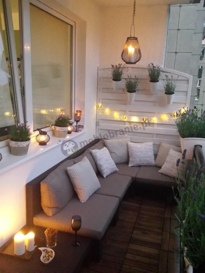 Zestaw balkonowy oświetlony lampkami i lampionami