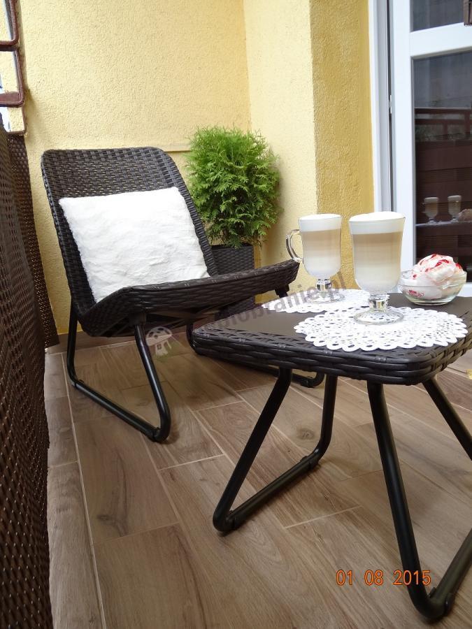 Zestaw balkonowy Rio Patio Keter podczas wypoczynku