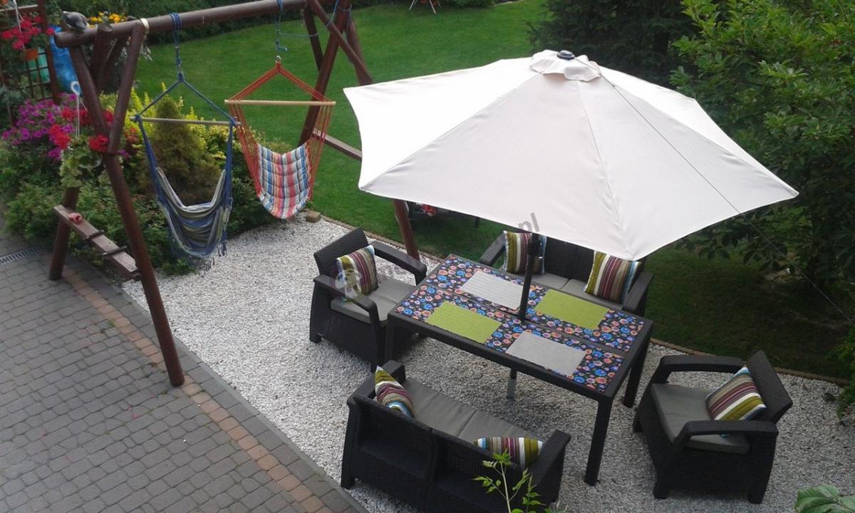 Zestaw Corfu Fiesta II Curver brązowe meble ogrodowe Allibert pod parasolem