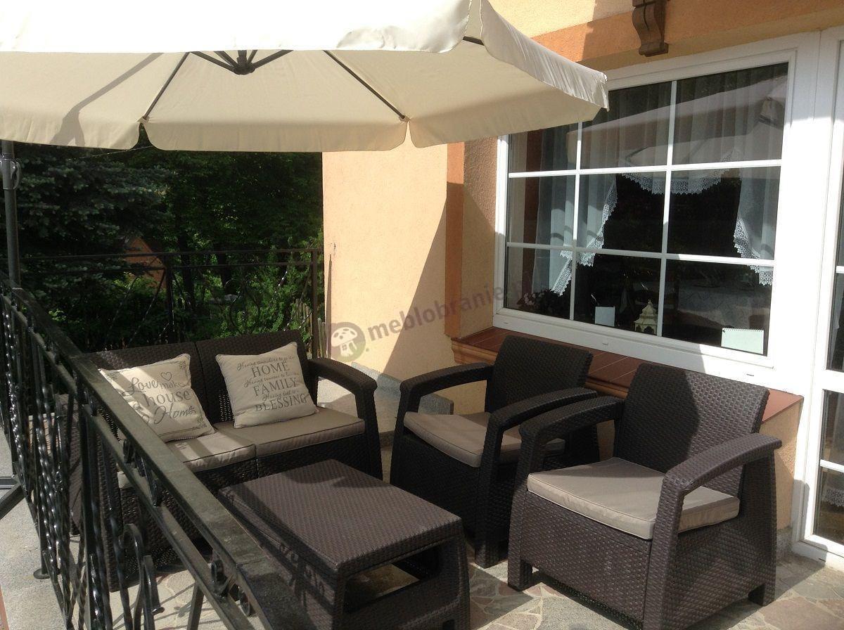 Zestaw Corfu Set Curver brązowy osłonięty parasolem