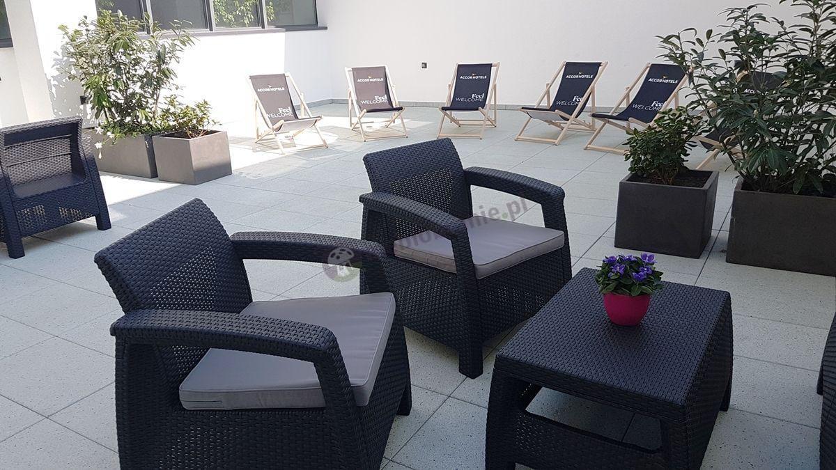 Zestaw Corfu Set Curver w hotelowej strefie relaksu