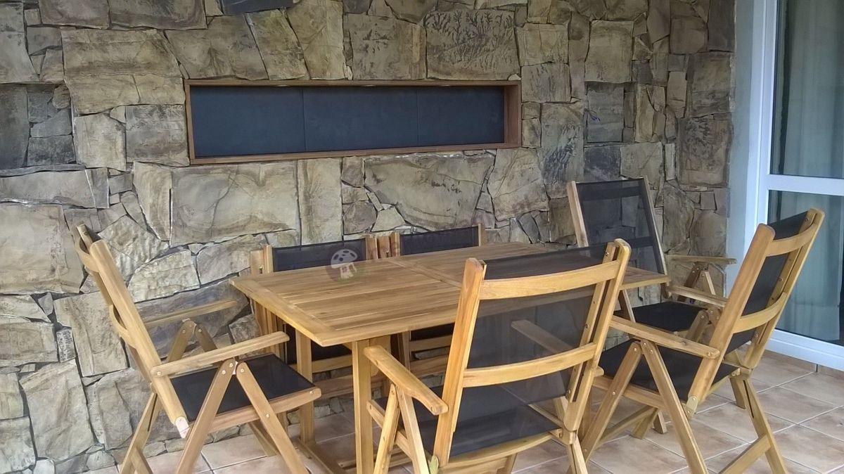 Zestaw drewnianych mebli ogrodowych na tarasie