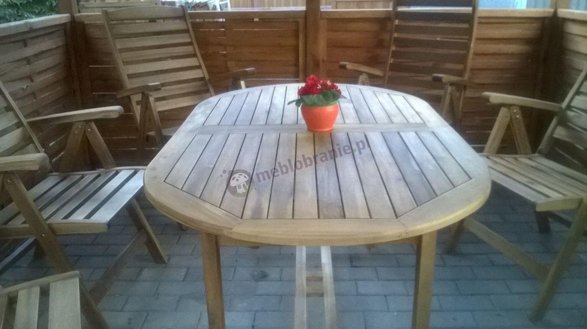 Zestaw mebli drewnianych ustawiony w ogrodowej altanie