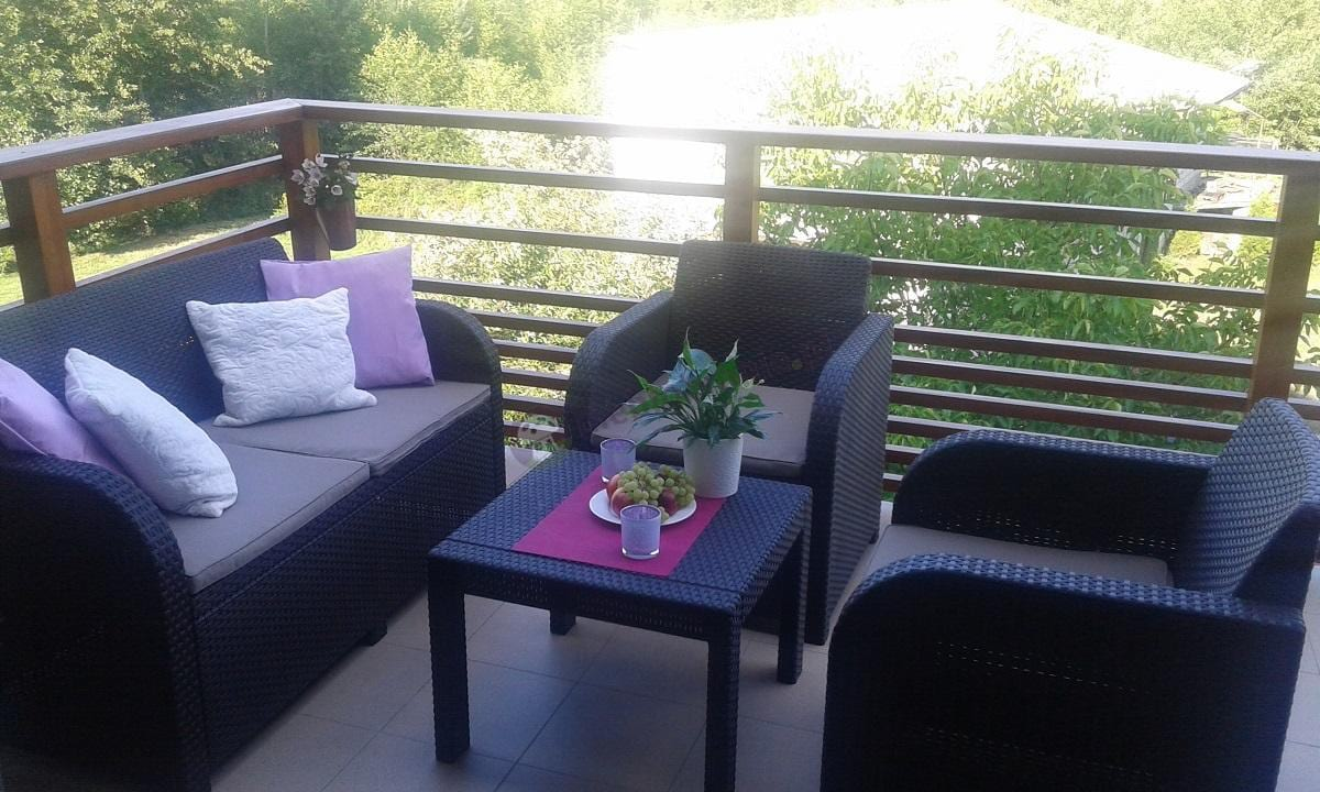 Zestaw mebli na balkon oświetlony słońcem