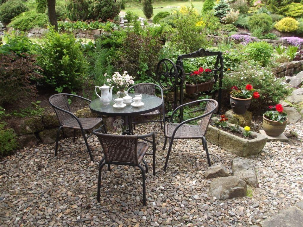 Zestaw mebli ogrodowych metalowych używany w pięknym ogrodzie