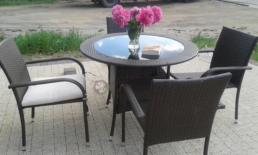 Zestaw mebli ogrodowych technorattan ozdobiony kwiatami