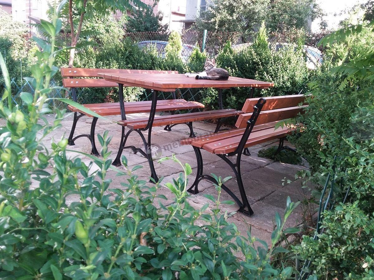 Zestaw mebli ogrodowych ustawiony na ogrodowym tarasie