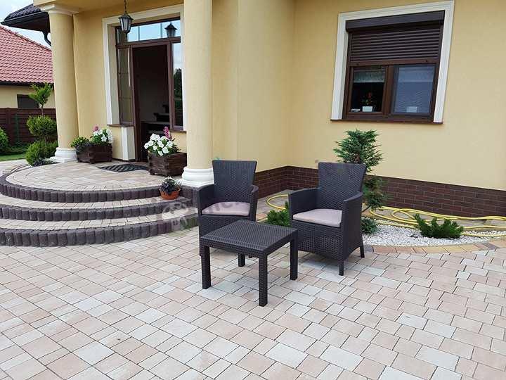 Zestaw na balkon w okazyjnej cenie ze stolikiem kwadratowym i wysokimi oparciami