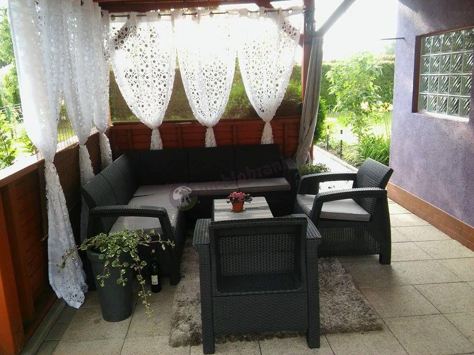 Zestaw narożnik z dwoma fotelami i stolikiem na tarasie Corfu Relax Duo
