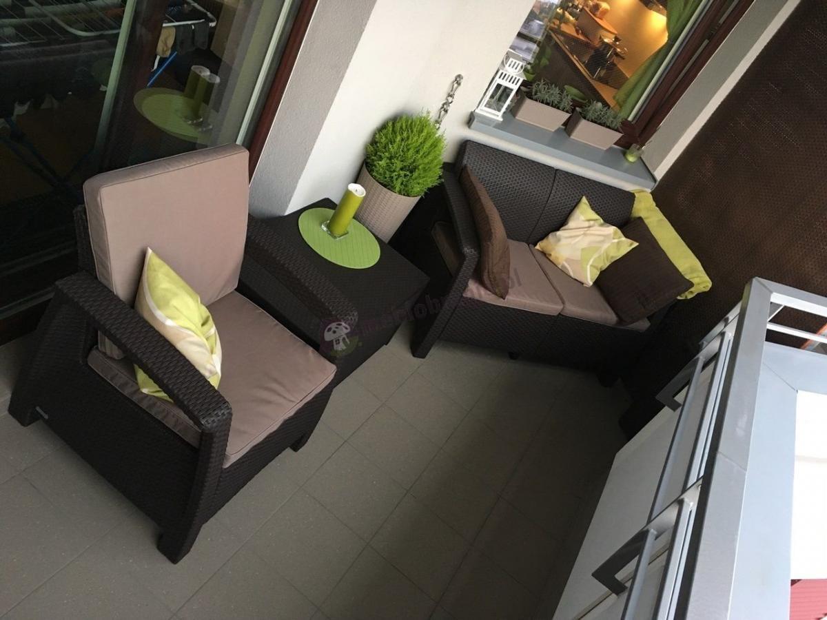 Zestaw ogrodowy Corfu Box Set ze stolikiem - skrzynią brązowy na nieduzym balkonie