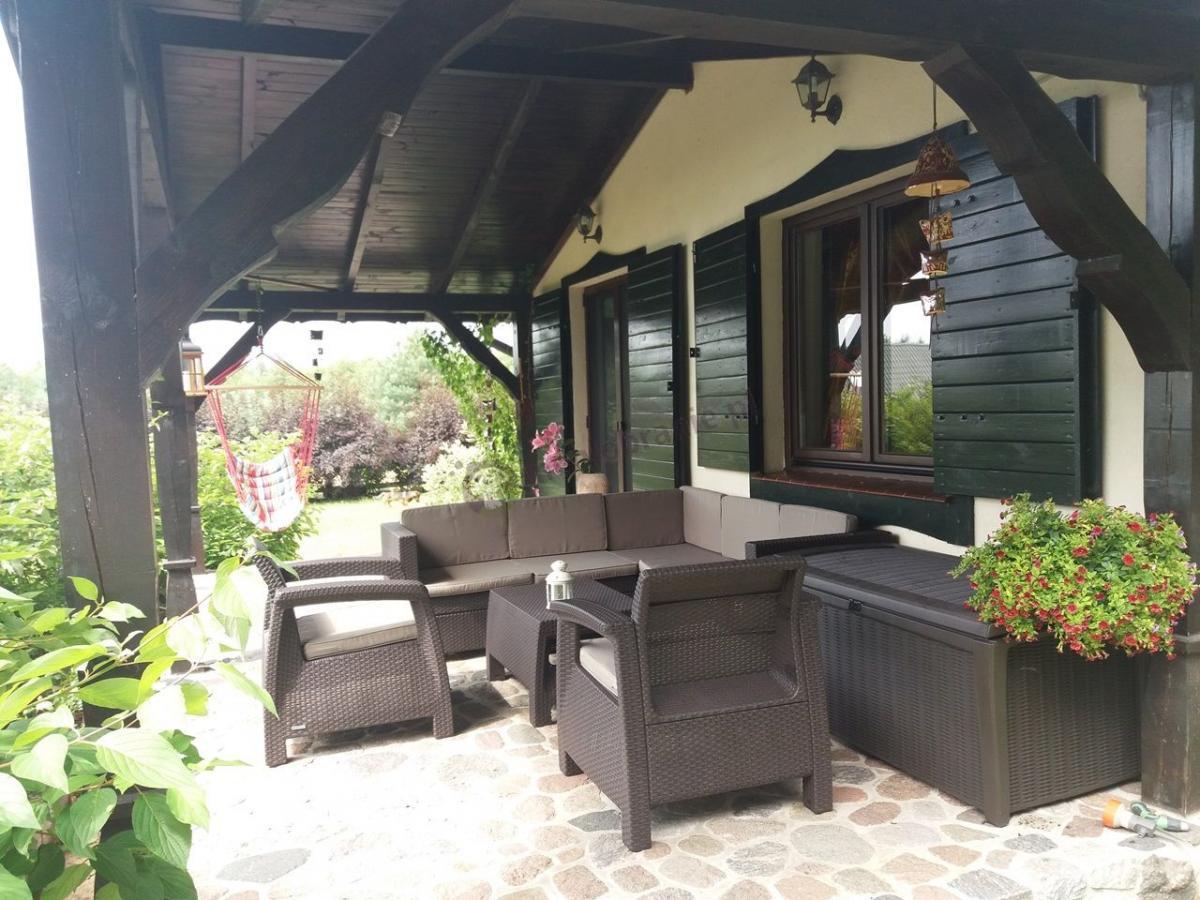 Zestaw ogrodowy narożnik fotele i skrzynia na zadaszonym tarasie