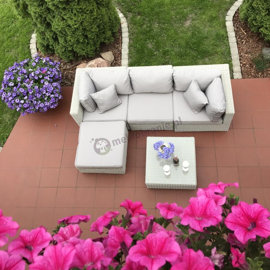 Zestaw ogrodowy w jasnych barwach z kwadratowym stolikiem Ligurito