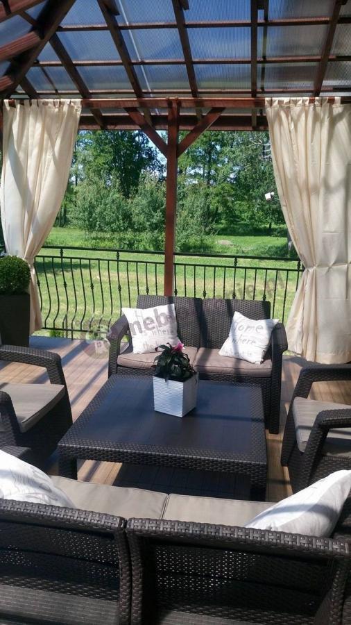 Zestaw ogrodowy z dwoma sofami, dwoma fotelami i kwadratowym stolikiem