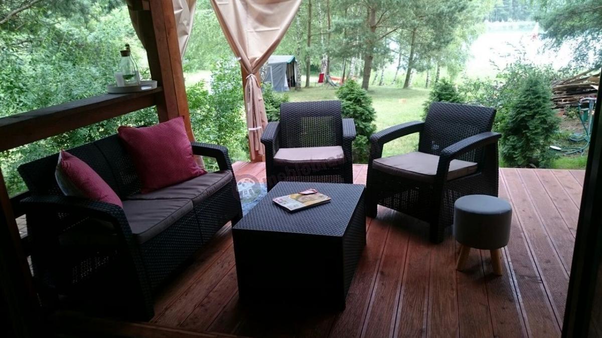 Zestaw ogrodowy ze stolikiem - skrzynią wykonany z wytrzymałego tworzywa sztucznego
