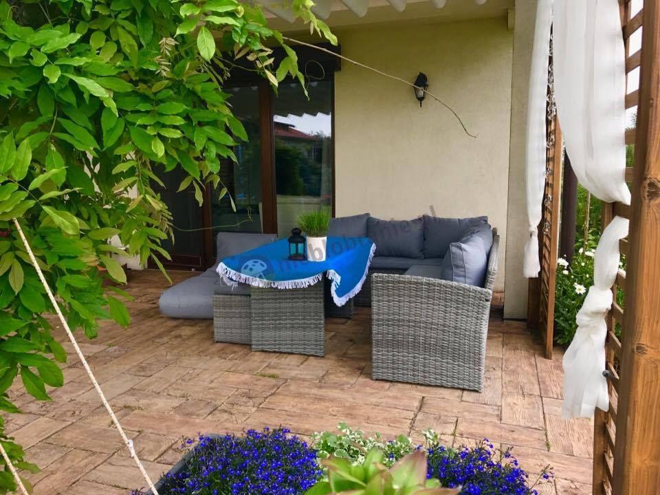 Zestaw szary melanż technorattan na taras z szarymi poduszkami i pufą