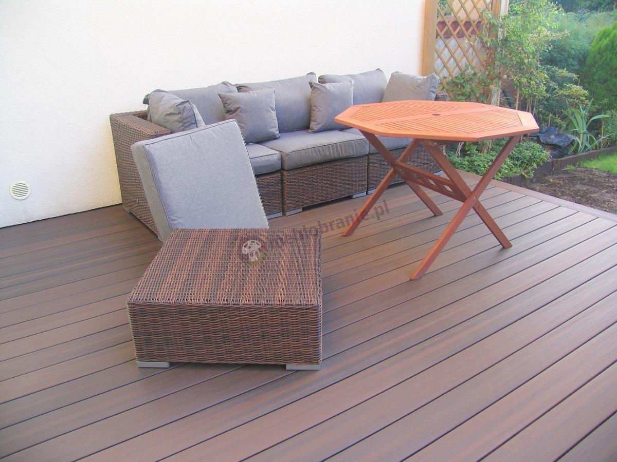 Zestaw technoratan brązowo-szary na drewnianym tarasie