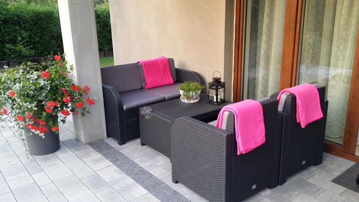 Zestaw wykonany z wytrzymałego materiału Modena Lounge Set