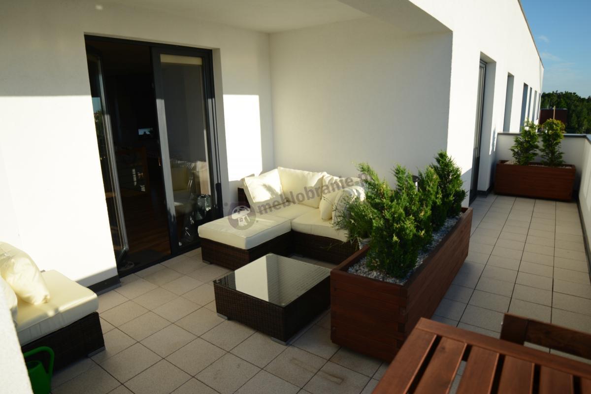 Zewnętrzny zestaw technorattanowy Nilamito w kolorach brązowym i ecru na eleganckim balkonie