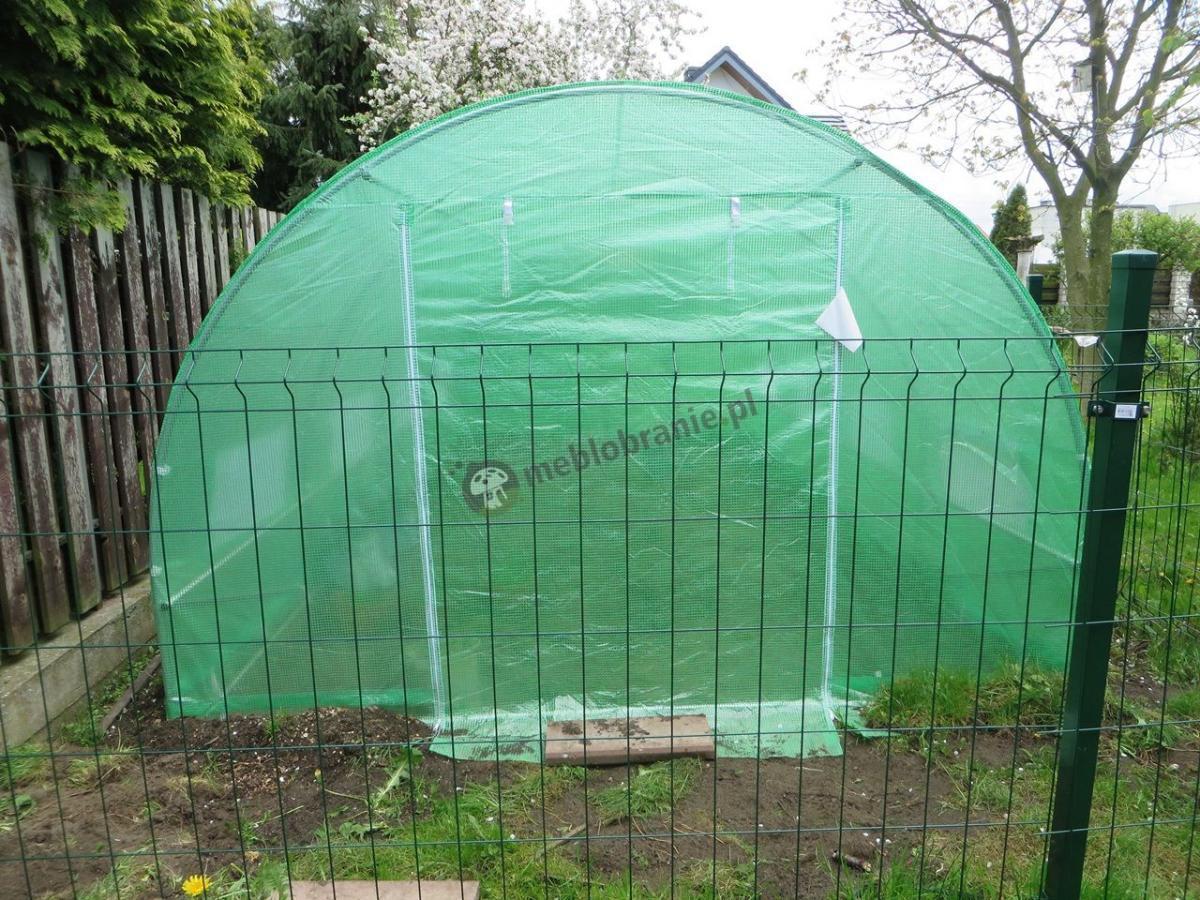 Zielony namiot ogrodowy z wejściem zamykanym na suwak