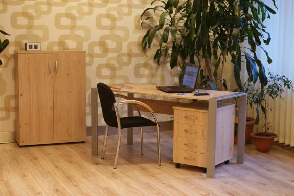 Biurko proste z metalową podstawą