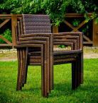 Sztaplowane krzesła z technorattanu