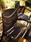 Krzesła Bali Mono w ogrodzie