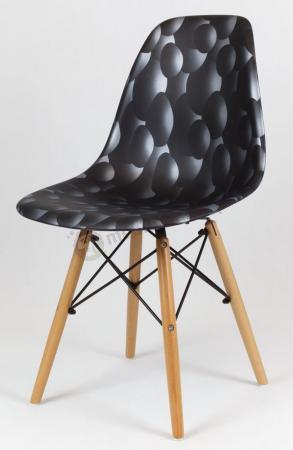 Krzesło skandynawskie z drewnianymi nogami czarne