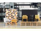 Krzesła Nardi Bit ustawione na paletach