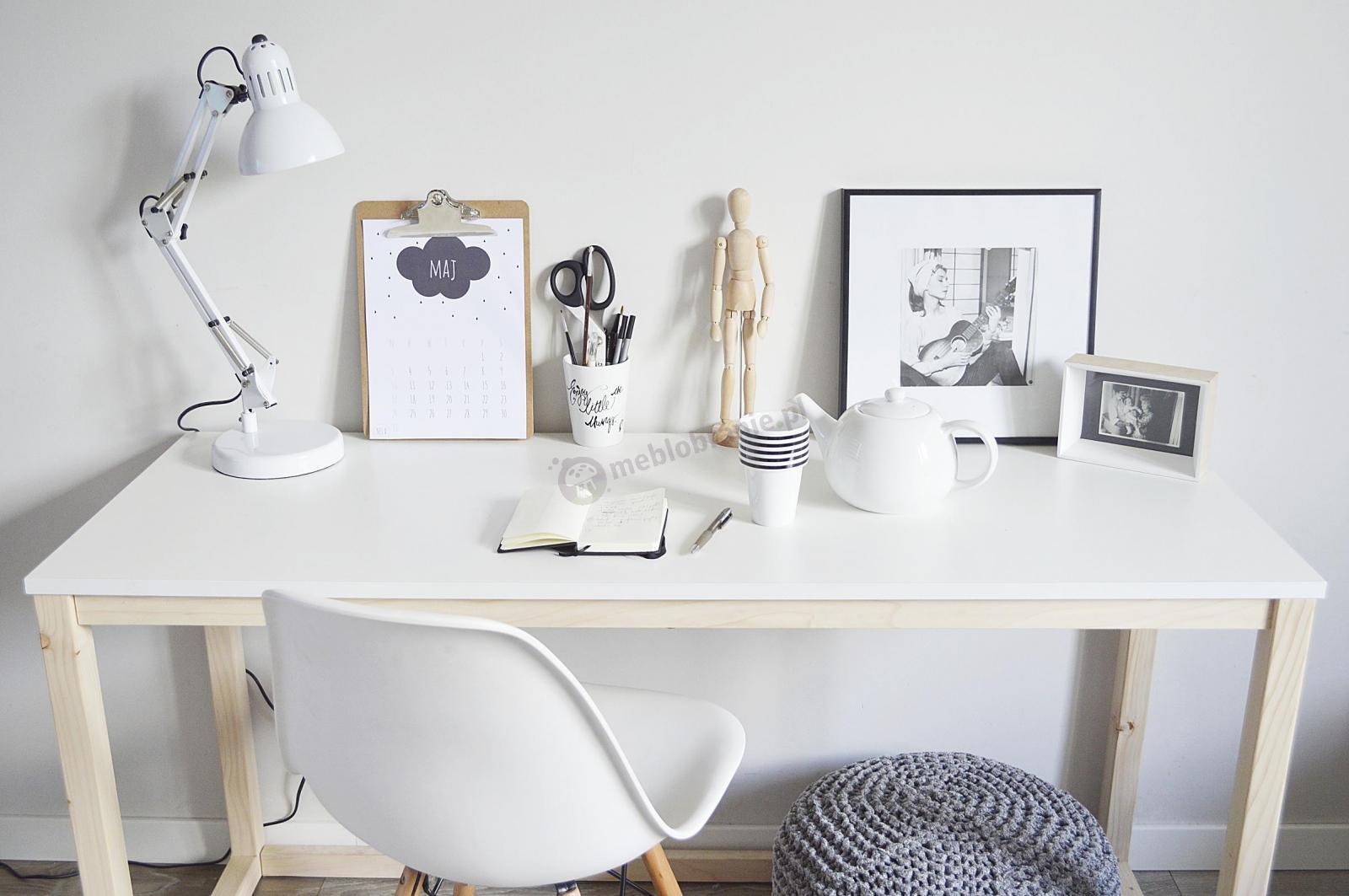 Białe biurko w stylu skandynawskim