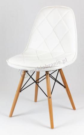 Białe krzesło tapicerowane na drewnianych nogach