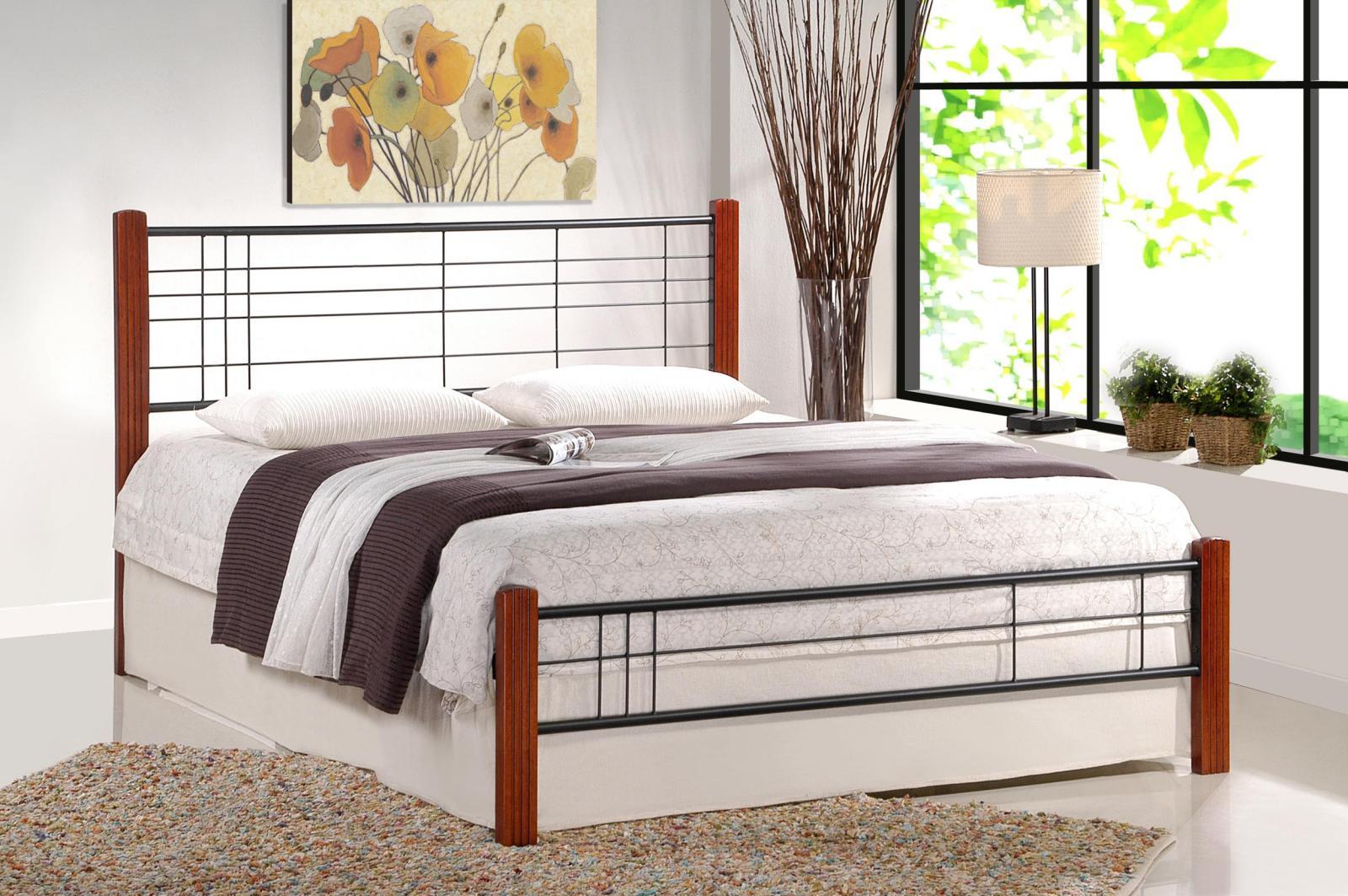 Łóżko z ozdobnymi, metalowymi elementami