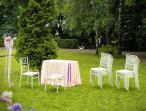 Białe krzesło proste z tworzywa Chiavari - stylowy ogród