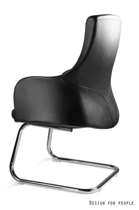 czarny fotel na płozie