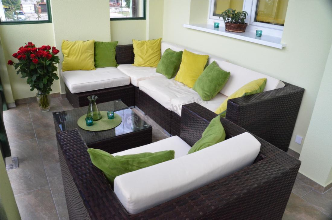 Zestaw Discreto uzupełniony kolorowymi poduszkami
