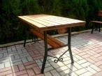 Stół ogrodowy z ozdobą